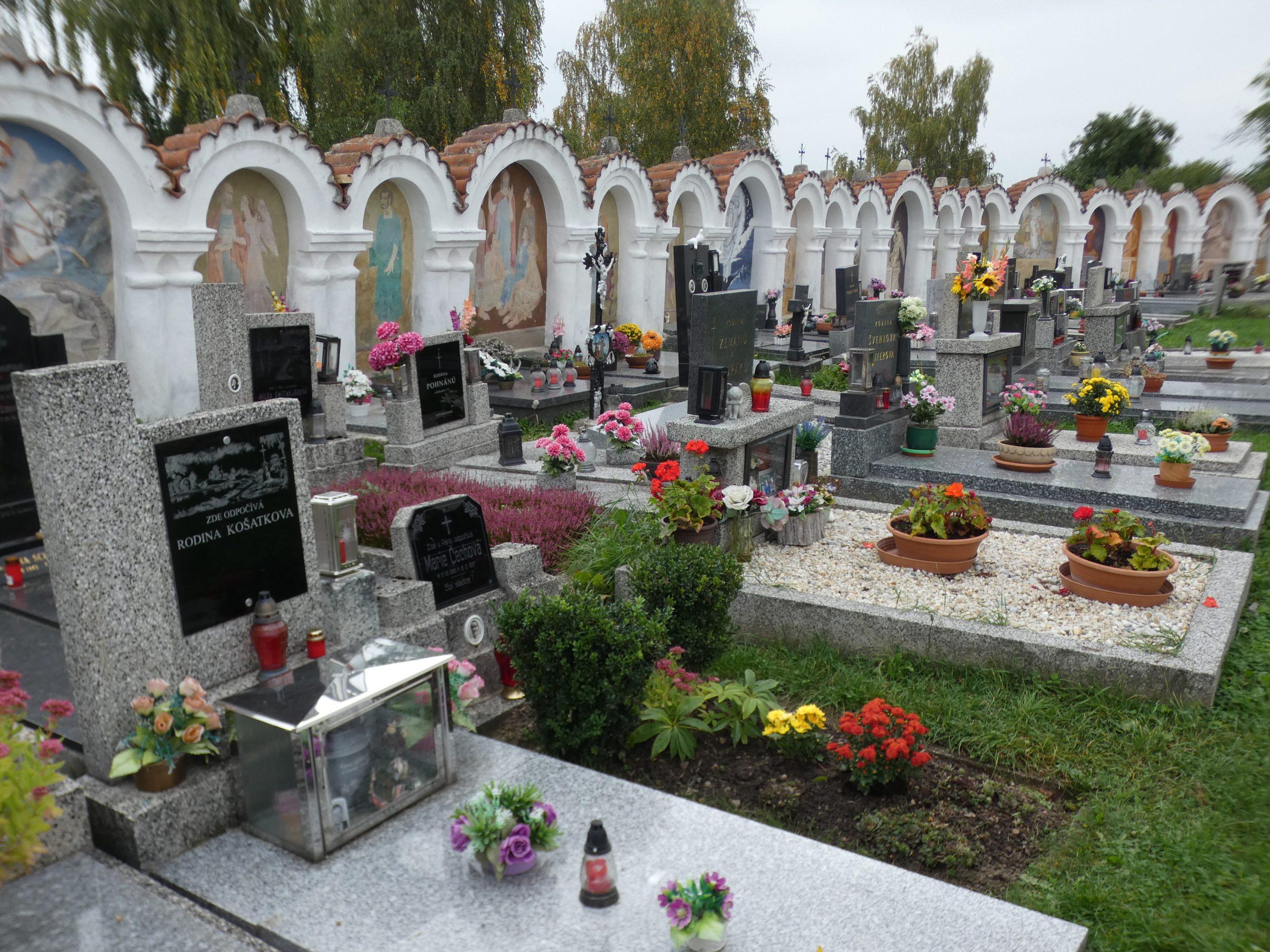 Friedhof mit umlaufenden Bögen an der Mauer, mit Bildern reich verziert