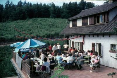 1985 001 Hütte Gruppenbild.jpg