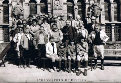 1982 001 Gruppenbild Heidelberger Schloss.jpg